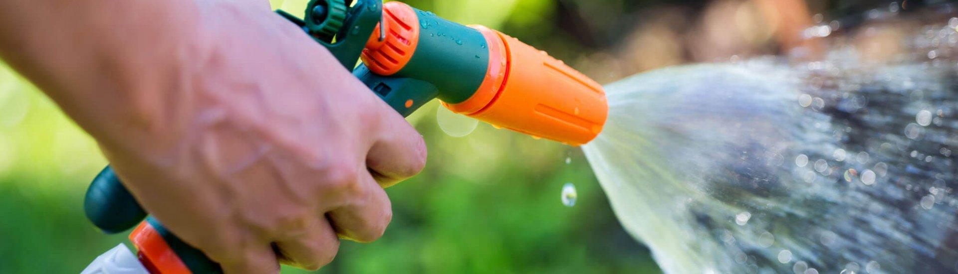 Rasen richtig bewässern: Zeitpunkt, Wassermenge & Geräte zur Bewässerung
